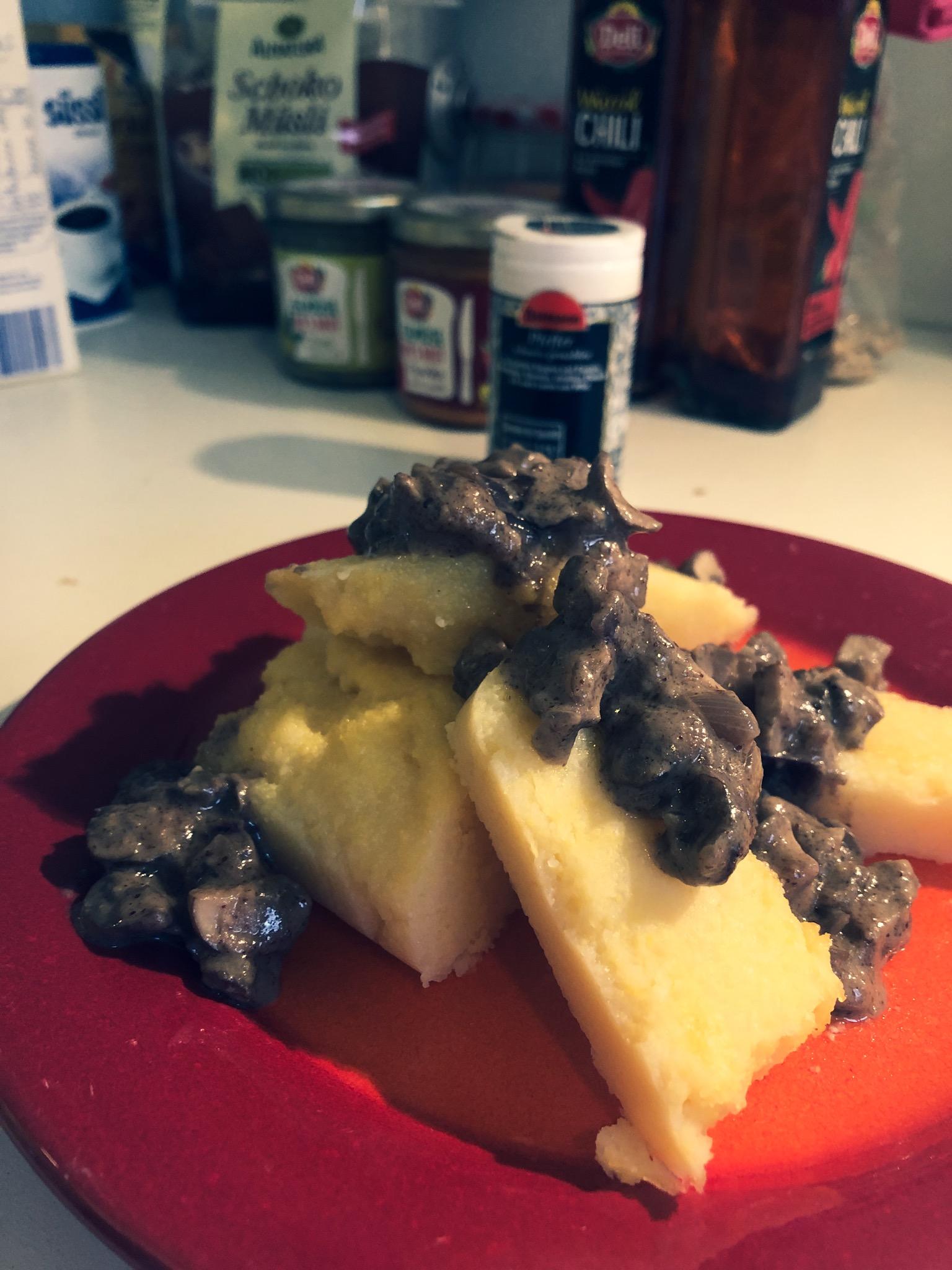 polenta (vfs) mit champignons (markt) und cashewmus-sauce